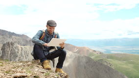 Tela tocante das mãos do homem da tabuleta digital no fundo das montanhas video estoque