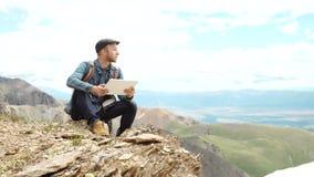 Tela tocante das mãos do homem da tabuleta digital no fundo das montanhas filme