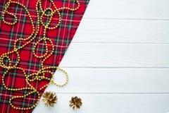 Tela tradicional escocesa del modelo con la decoración de oro de la Navidad imágenes de archivo libres de regalías