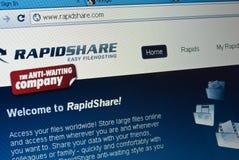 Tela transferindo arquivos pela rede do arquivo do local de rapidshare.com foto de stock royalty free