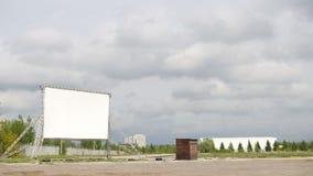 Tela vazia branca no estacionamento no dia nebuloso - tempo-lapso video estoque