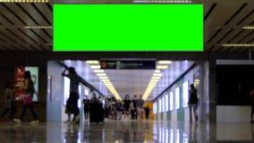 Tela vazia de passeio do verde do quadro de avisos de propaganda da passagem da multidão video estoque