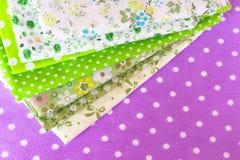 Tela verde no fundo roxo Imagem de Stock Royalty Free