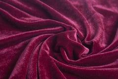 Tela vermelha de veludo com dobras espirais fotos de stock royalty free