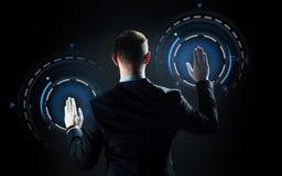 Tela virtual tocante do homem de negócios foto de stock