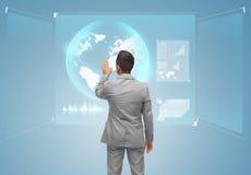 Tela virtual tocante do homem de negócios com globo fotos de stock royalty free