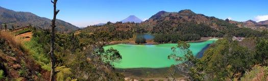 Telaga Warna i Dieng Wonosobo, Indonesien royaltyfria bilder