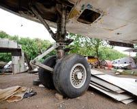 Telai a comando idraulico ritrattabili del carrello di atterraggio di vecchi aerei sul cimitero dell'aeroplano fotografia stock