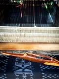 Telaio di seta Tessitura tradizionale del cotone tailandese Fatto a mano e creatina Immagine Stock