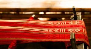 Telar con la materia textil roja Foto de archivo libre de regalías