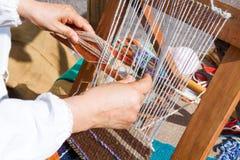 Telar con las telas de las lanas Imágenes de archivo libres de regalías