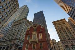 Telar de los rascacielos de Boston sobre casa vieja del estado Fotografía de archivo libre de regalías