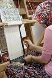 Telar de madera con el tejedor Imágenes de archivo libres de regalías