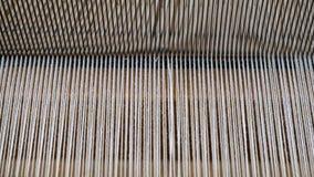Telar del handloom del vintage, con el foco en el modelo creado por el hilo de algodón entrelazado imagenes de archivo