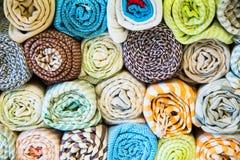 Telas, colchas e lenços turcos brilhantes, coloridos com testes padrões orientais diferentes A textura da matéria têxtil ou da te Foto de Stock Royalty Free