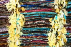 Telas, colchas e lenços turcos brilhantes, coloridos com testes padrões orientais diferentes A textura da matéria têxtil ou da te Imagem de Stock Royalty Free