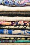 Telas, colchas e lenços turcos brilhantes, coloridos com testes padrões orientais diferentes A textura da matéria têxtil ou da te Fotos de Stock
