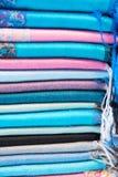 Telas, colchas e lenços turcos brilhantes, coloridos com testes padrões orientais diferentes A textura da matéria têxtil ou da te Imagem de Stock
