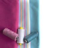Telas coloreadas con el carrete apropiado del hilo Imagen de archivo libre de regalías