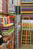 Telas coloridas com testes padrões diferentes em um stor Imagem de Stock