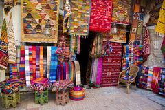 Telas coloridas en el mercado de Agadir en Marruecos Foto de archivo