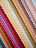 Telas coloridas en la suspensión de la exhibición Fotografía de archivo
