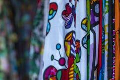 Telas coloridas que cuelgan y alineadas Telas con diversos modelos y las filas coloreadas fotos de archivo