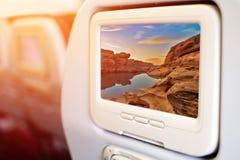 Telas da tevê de Seat-para trás do entretenimento dos aviões em voo imagens de stock royalty free