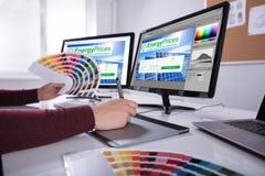 Telas de computador de Working On Multiple do desenhista imagem de stock