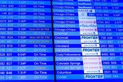 Telas de exposição da informação do voo em um aeroporto Foto de Stock Royalty Free