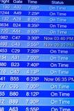 Telas de exposição da informação do voo em um aeroporto Imagem de Stock Royalty Free