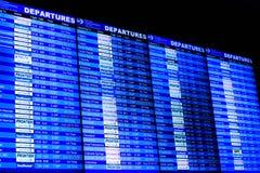 Telas de exposição da informação do voo em um aeroporto Fotos de Stock Royalty Free