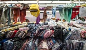Telas de matéria têxtil no mercado Imagens de Stock