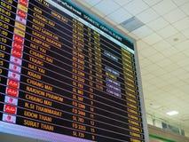 Telas de monitor de embarque do tempo no aeroporto foto de stock royalty free