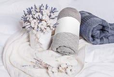 Telas escocesas blancas, gris oscuro y grises en la cama foto de archivo