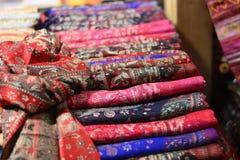Telas estupendas, algodón coloreado de lino en el bazar foto de archivo libre de regalías