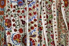 Telas tradicionales del bordado del suzani del uzbek en el bazar oriental Foto de archivo