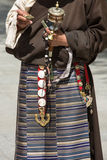 Telas y accesorios tibetanos en una mujer tibetana en Lasa Fotos de archivo