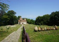 Telavi Dzveli Shuamta klosterträdgård royaltyfri bild