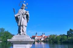 Telc镇看法有Nepomuk的圣约翰雕象的  库存图片