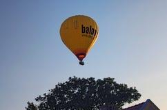 TELC czech REPUBLIC-AUGUST 25, 2017: Jeden gorący balon nad dużym drzewem i dachem dom Obraz Stock