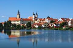 Telc is een stad in zuidelijk Moravië in de Tsjechische Republiek Het Kasteel en de stad van Telc die in meer wordt weerspiegeld  Stock Afbeeldingen