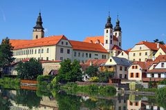 Telc is een stad in zuidelijk Moravië in de Tsjechische Republiek Het Kasteel en de stad van Telc die in meer wordt weerspiegeld  Royalty-vrije Stock Foto