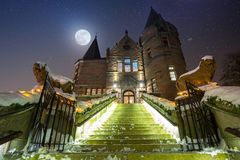 Teleborg城堡在多雪的晚上在韦克舍 免版税库存图片