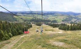 Telecadeira com uma paisagem da montanha das montanhas de Karpat Fotos de Stock