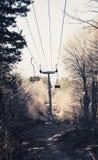 Telecadeira vazia da montanha na floresta com cadeiras de madeira foto de stock royalty free