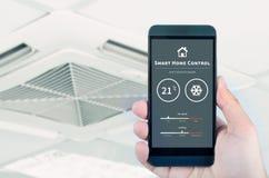 Telecomando del condizionatore d'aria con il sistema domestico astuto fotografie stock libere da diritti