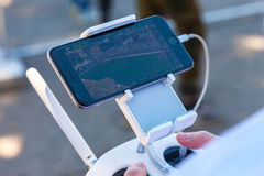 Telecomando del fuco con il vostro smartphone Fotografia Stock Libera da Diritti
