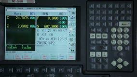 Telecomando del tornio industriale in fabbrica stock footage
