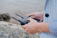 Telecomando della maniglia delle donne del fuco durante la cattura immagini stock libere da diritti